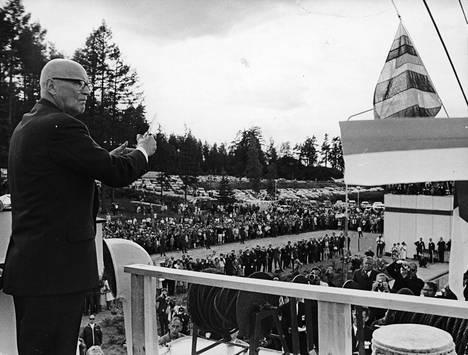 Napsahdus presidentti Urho Kekkosen saksilla, ja Saimaan kanava oli jälleen avoinna liikenteelle. Sinivalkoisen silkkinauhan katkeamisen näki kahdeksansataa kutsuvierasta ja tuhatpäinen yleisö.