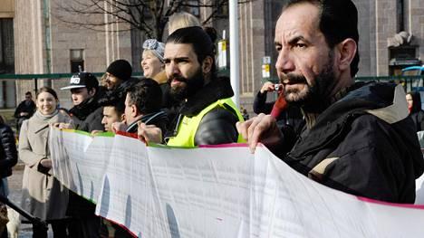 Kulttuurialan toimijat luovuttivat turvapaikanhakijoille tuhansien nimien tukiadressin perjantaina.