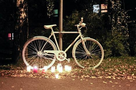 Onnettomuuspaikalle oli keskiviikkoiltana tuotu ghost bike, pyöräilijöiden kunnianosoitus.