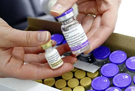 Toisessa pullossa Pandemrix-rokotteen antigeenit, toisessa adjuvantti.