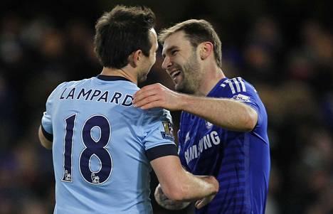 Manchester Cityn Frank Lampard sai lämpimän vastaanoton entisellä kotikentällään. Pelin jälkeen halausvuorossa oli Branislav Ivanovic.