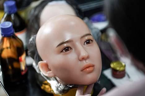 Tekoälytutkijan mukaan robottien ja ihmisen suhteet ovat arkipäivää 30 vuoden kuluttua. Jo nyt Kiinassa tehdään älykkäitä seksinukkeja.