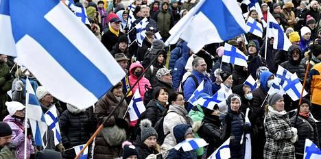 Osallistujia Fixit-mielenosoituksessa eduskuntatalon edustalla Helsingissä lauantaina.