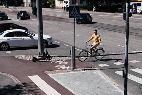 Kun pyöräilijä ylittää Tukholmankadun Haartmaninkadun kohdalta, hän joutuu seuraamaan jalankulkijoiden liikennevaloja. Taneli Pärssisen mukaan ylitykseen tarvittaisiin valo myös pyöräilijöille.