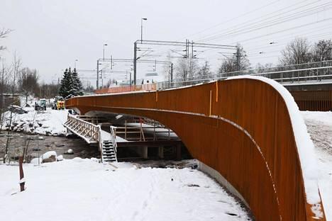 Keravanjoen ylittävä Vernissasilta on viime silausta vaille valmis.