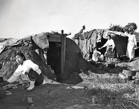 Sotatoimia paenneet pakolaiset joutuivat elämään alkeellisissa oloissa syksyllä 1951.