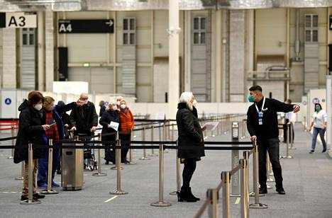 Ihmiset jonottivat ottamaan koronavirusrokotteen Hampurissa Saksassa 5. tammikuuta.