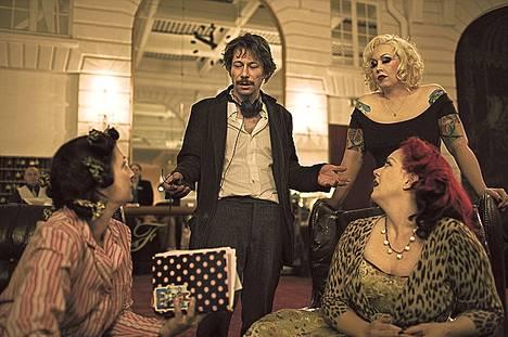 Mathieu Amalric (kesk.) näyttelee ohjaamansa elokuvan pääosan.