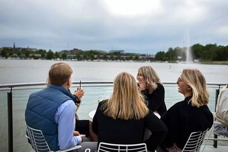 Carl Butilkin, Sonja Lindström, Cecilia Hagelstam, Emma Svartsjö ja Sandra Uitto terassitunnelmissa.