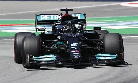 Lewis Hamilton ajoi Barcelonassa uransa sadannen paalupaikan.