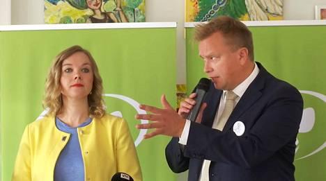Keskustan puheenjohtajaehdokkaat Katri Kulmuni ja Antti Kaikkonen kohtasivat ensimmäisessä kahdenkeskisessä väittelyssä Rovaniemellä lauantaina. Pysäytyskuva Ylen lähetyksestä.