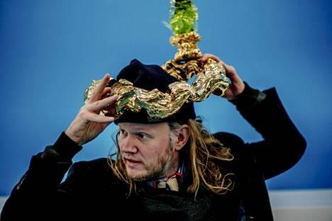 Egill Sæbjörnsson sovittelee päähänsä peikkojen valmistamaa sormusta.
