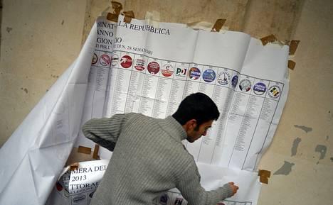 Vaalityöntekijät purkivat vaalihuoneistoa Rooman keskustassa maanantaina parlamenttivaalien äänestyksen päätyttyä. Ovensuukyselyiden lupaama vasemmistokoalition etumatka suli ääntenlaskennan edistyessä, ja suurimmaksi voittajaksi selviytyi populistinen Viisi tähteä -liike.