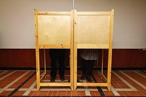 Ennakkoon voi äänestää missä tahansa yleisessä ennakkoäänestyspaikassa kotimaassa tai ulkomailla. Jokaisessa kunnassa on vähintään yksi yleinen ennakkoäänestyspaikka.