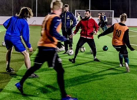 Legirus Interin edustusjoukkueeseen pyrkivät pelaajat harjoittelevat Korson kentällä.