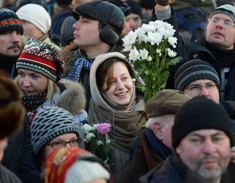 Mielenosoittajat toivat kukkia Neuvostoliiton valtioterrorien uhrien muistomerkille Moskovassa lauantaina.