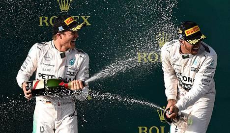 Mercedeksen Nico Rosberg (vas.) ja Lewis Hamilton juhlivat kaksoisvoittoa Melbournessa.
