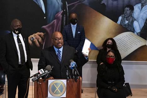 Kirjailija Reginald Wood piteli serkkunsa, nyt jo edesmenneen poliisin Raymond Woodin kirjoittamaa kirjettä New Yorkissa lauantaina järjestetyssä tiedotustilaisuudessa. Malcolm X:n tyttäriä kuvassa oikealla.