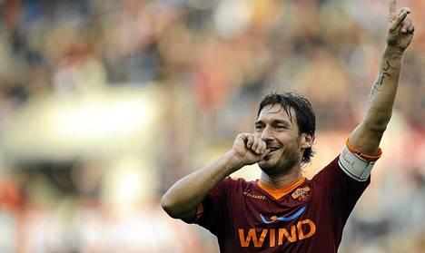 Francesco Totti jatkaa AS Roman paidassa pelaajana.