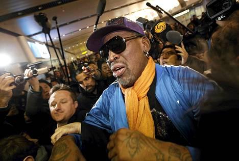 Toimittajat piirittivät Dennis Rodmania Pekingin lentokentällä tämän palattua Pohjois-Koreasta.