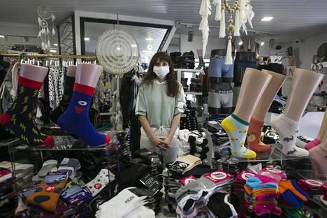 """Portugalilaisen myyjän Catarina Souza Vieiran työpaikka sai avautua viikko sitten maanantaina uusien koronaohjeiden mukaisesti. """"Sisään pääsee vain yksi asiakas kerrallaan, ja kasvoilla on oltava maski."""""""