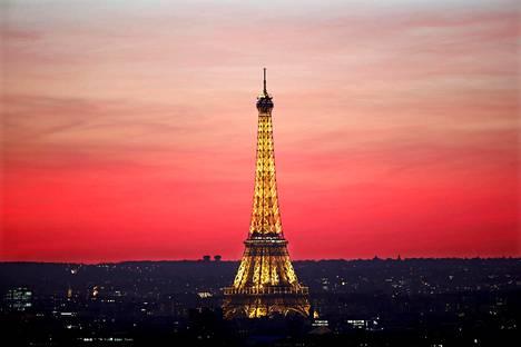 Maailmankuulu Eiffel-torni on 324 metriä korkea Pariisin maamerkki.