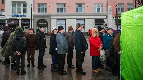 Keskustan vaalitilaisuudessa Rotuaarilla jonottamisen palkinto olina makkara sekä pääministeri Juha Sipilän vaalikirja Koko Suomen taajuudella.