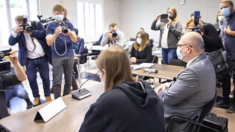 Savon ammattiopiston tiloissa tapahtuneen väkivallanteon epäilty oikeudenkäynnin alkamispäivänä Pohjois-Savon käräjäoikeudessa Kuopiossa tiistaina.