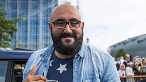 Ali Jahangiri (vas.) tunnetaan kantaaottavana radioäänenä. Viime vuoden heinäkuussa hän osallistu mielenosoitukseen Helsingissä.