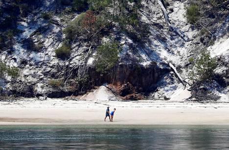 Mies oli sukelluskalastamassa Hervey Bayssä lähellä Fraser Islandin suosittua turistikohdetta, kun hai puri häntä jalkaan. Kuva Fraser Islandilta vuodelta 2018.