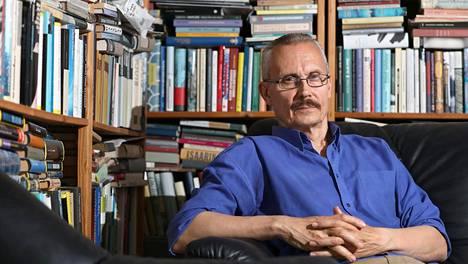 Kirjailija Juha Seppälän mukaan Suomen lipun kyky kantaa ehdottomia merkityksiä on heikentynyt.