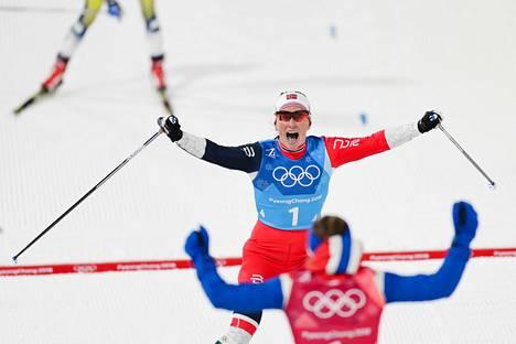 Marit Björgen ja Stina Nilsson tuulettivat naisten viestin voittoa PyeongChangin talviolympialaisissa vuonna 2018.