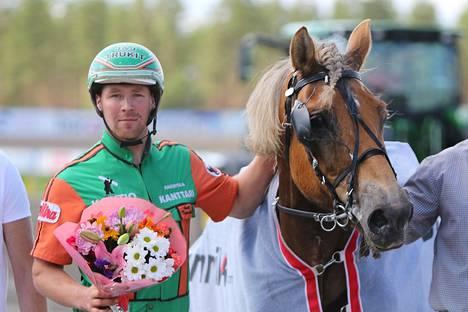 Antti Tupamäki ja Polara on tuttu näky ravien voittajakehässä. Tupamäki ei matkusta itse Elitloppetiin, vaan siellä hevosen rattailla on Iikka Nurmonen.
