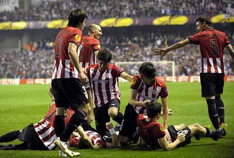 Athletic Bilbaon pelaajat juhlivat jatkopaikkaa Eurooppa-liigassa.