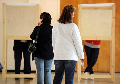 Äänestäjät jonottivat uurnille eduskuntavaaleissa 2011 Jakomäessä Helsingissä.