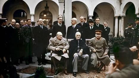 Jaltan konferenssin viidentenä päivänä Winston Churchill, Franklin D. Roosevelt ja Josif Stalin asettuivat yhteiskuvaan Livadian palatsin pihalle.