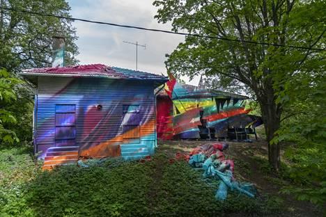 Katharina Grossen maalaama talo, Shutter-Splinter (2021), on yksi Helsinki Biennaalin tilausteoksista.