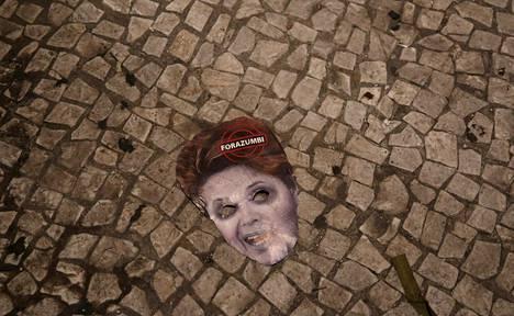 Presidentti Dilma Rousseffia esittävä naamio lojui kongressin lattialla sunnuntain virkarikossyyteäänestyksen jälkeen.