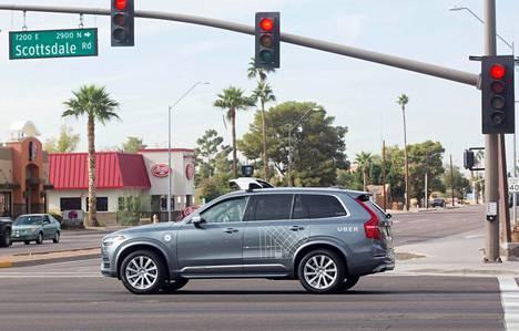 Uberin itsestään ajava Volvo kuvattuna Arizonan Scottsdalessä joulukuussa 2017. Uber on ollut yksi uuden teknologian näkyvimpiä testaajia.
