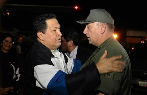 Venezuelan presidentti Hugo Chavez (vas.) puhui maan ministerien kanssa lentokentällä Caracasissa palattuaan Kuubasta.