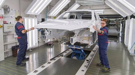Vienti alkaa taas kantaa Suomea. Antti Hannonen ja Kirsi Urpanen tarkastavat auton maalipintaa Uudenkaupungin autotehtaalla 2017.