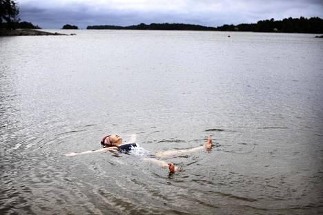 Yoko Kovanen kävi Vuosaaren Aurinkorannalla aamu-uinnilla torstai-aamuna vielä kun oli tyyntä. Hän kertoo tehneensä näin jo 30 vuotta, satoi tai paistoi.