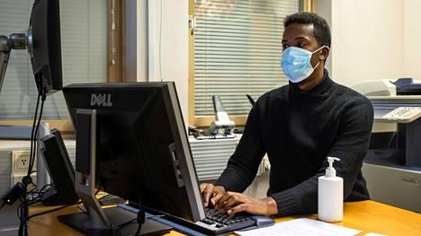 Keväällä Mubarik Osmanin neuvontapiste Myyrmäen toimintakeskuksessa suljettiin koronaviruksen vuoksi. Nyt toimintapiste yritetään pitää auki, joskin tiukoin turvatoimin ja ajanvarauksella.