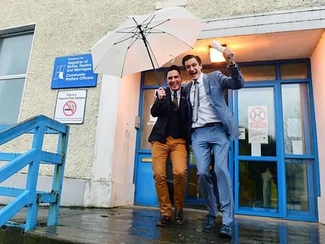 Richard Dowling (vas.) ja Cormac Gollogly olivat ensimmäinen pariskunta, jotka hyödynsivät avioliiton muuttumista sukupuolineutraaliksi Irlannissa. He astelivat avioon marraskuussa 2015 Clonmelissa.