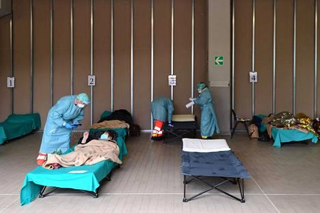 Italian Lombardiassa Brescian kaupungissa uudet koronaviruspotilaat otettiin vastaan väliaikaistiloissa sairaalan edustalla 13. maaliskuuta.