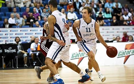 Suomen majoukkueen Gerald Lee Jr (8) tekee screenin takamies Petteri Koposelle viime viikon Latvia-ottelussa. Suomi pelaa tänään Turkkia vastaan EM-kisoissa Sloveniassa.