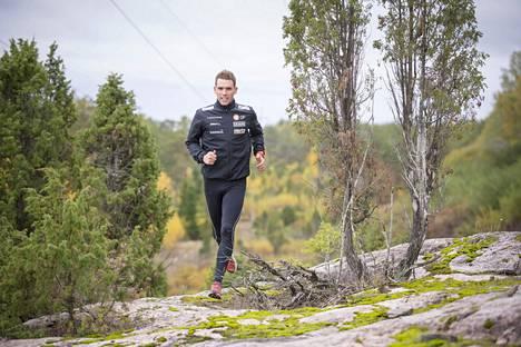 Fredrik Portin juoksulenkillä lokakuussa 2019 silloisissa kotimaisemissaan Paraisilla. Nyt hän asuu Vaasassa.