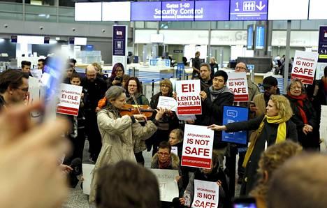 Mielenosoittajat vastustivat turvapaikanhakijoiden palautuslentoa Helsingistä Kabuliin huhtikuun alussa Helsinki-Vantaan lentokentällä. Professorien ja muiden asiantuntijoiden tuoreessa vetoomuksessa vaaditaan muun muassa pakkopalautusten keskeyttämistä siksi aikaa, että turvapaikkaharkinnan ongelmat saadaan ratkaistua.