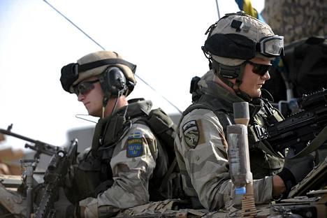Ruotsalaisia rauhanturvaajia Mazar-i-Sharifin tukikohdassa 2010.