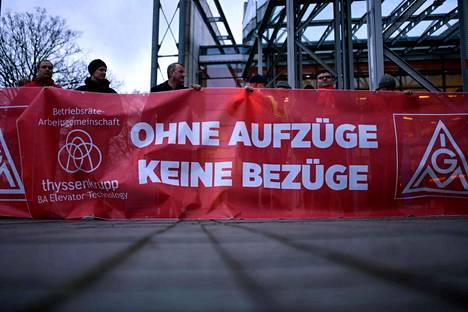 Saksan metalliliitto IG Metall järjesti perjantaina Bochumissa Thyssenkruppin yhtiökokouksen aikaan mielenosoituksen. Ilman hissejä ei tule tilejä, kuului mielenosoittajien viesti.
